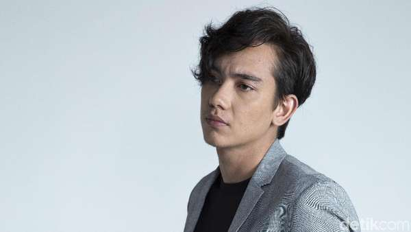 Gaya Cool Adipati Dolken Celeb of The Month Bulan Ini
