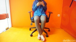 Posisi duduk erat kaitannya dengan risiko nyeri tulang belakang. Percaya atau tidak, posisi duduk juga bisa mengidentifikasi kepribadian seseorang.