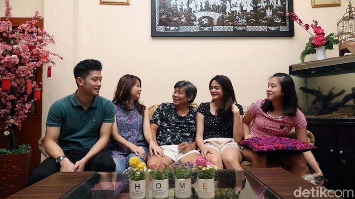 Herry Iman Pierngadi bersama keluarga. (Grandyos Zafna/detikSport)