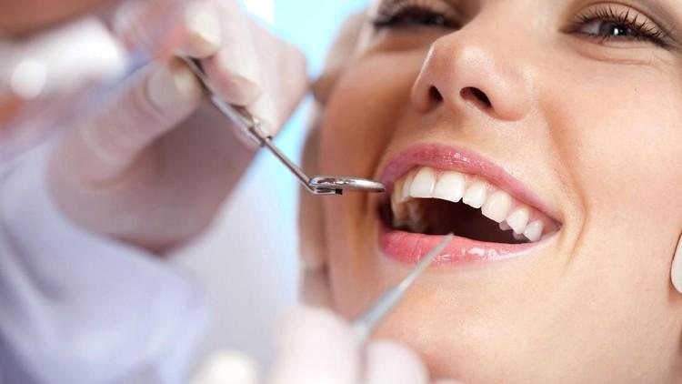 Makin Banyak Anak, Benarkah Gigi Ibu Jadi Lebih Sedikit?