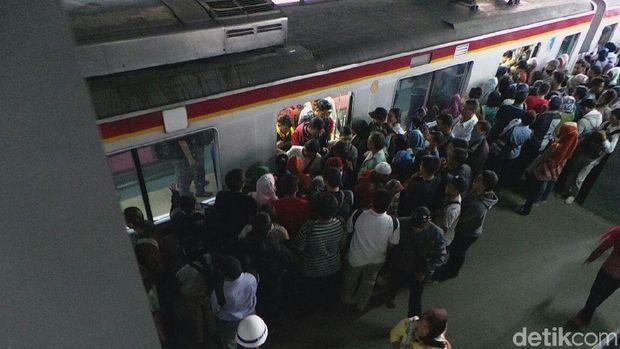 Desak-desakan Penumpang KRL di Stasiun Duri Sore Ini Masih Horor