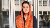 Penampilan Marcella Zalianty dengan busana serba hitam dan kain orange. Foto: Ismail/detikHOT