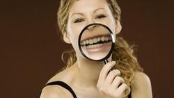 Menebak kepribadian seseorang bisa dari berbagai cara, mulai dari zodiak hingga dari cara duduknya, termasuk menebak karakter seseorang dari bentuk giginya lho.