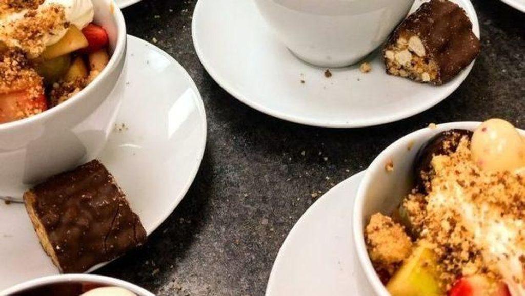 Bikin Haru! Keluarga Stephan Hawking Bagikan Makanan untuk Tunawisma