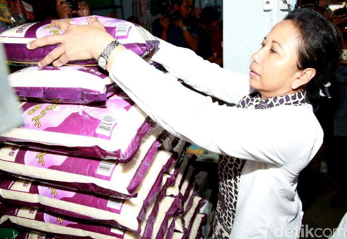 Rini memborong produk beras organik khas Banyuwangi Saat memantau penyerapan gabah di Desa Pondok Nongko.