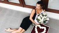 Jennifer Bachdim mengunggah foto dirinya bersama bunga yang diberikan oleh sang suami, Irfan Bachdim di hari ulang tahunnya itu. (Dok. Instagram/jenniferbachdim)