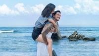 Ternyata Irfan dan Jennifer layaknya pasangan beda usia di film Arini. (Dok. Instagram/jenniferbachdim)