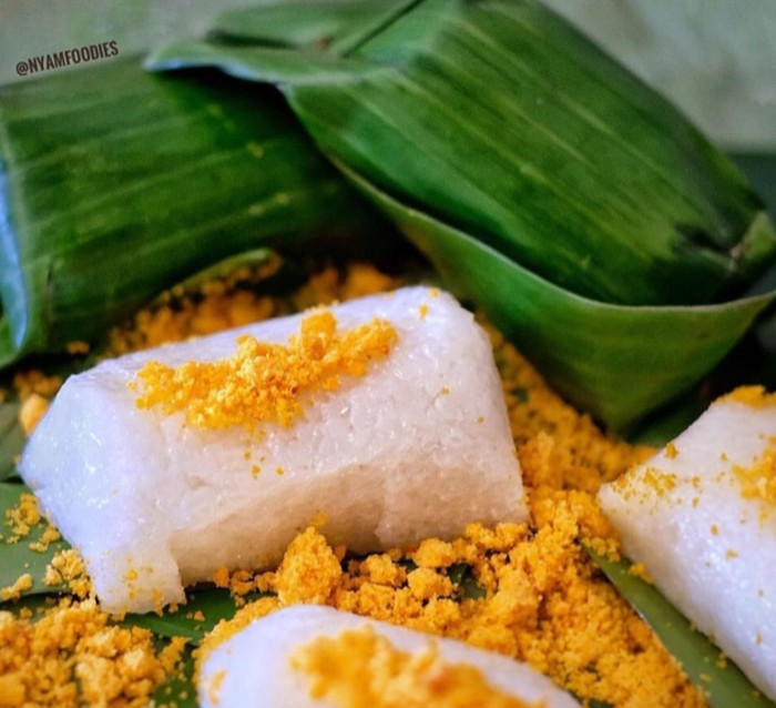 Ketan legendaris bikinan Ny. Lany di Cirebon ini selalu bikin kangen. Pulen lembut dnegan topping serundeng pedas plus aroma wangi daun pisang. Foto: Instagram @nyamfoodies