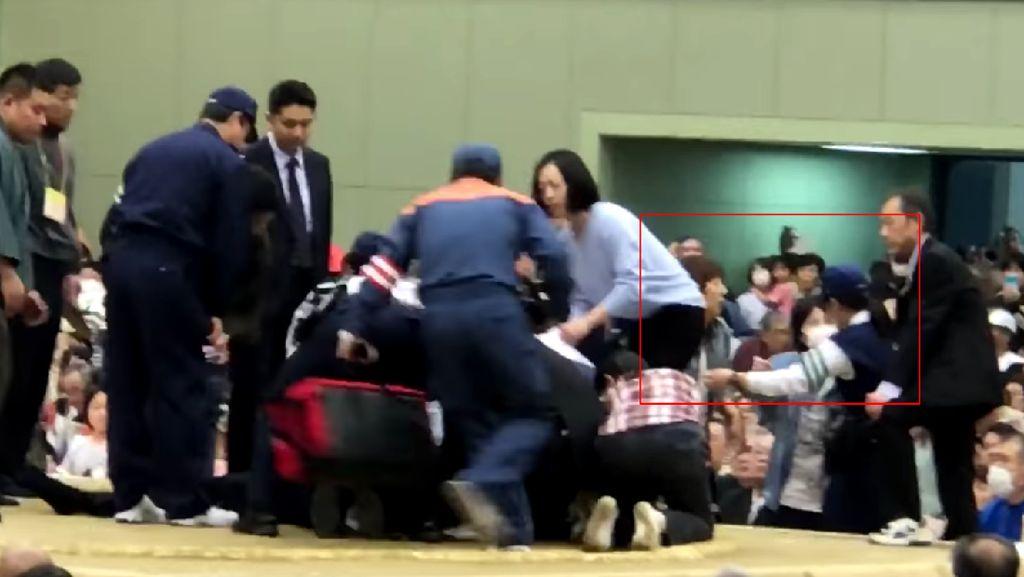 Wasit Usir 2 Wanita dari Ring Sumo Saat Bantu Wali Kota Pingsan