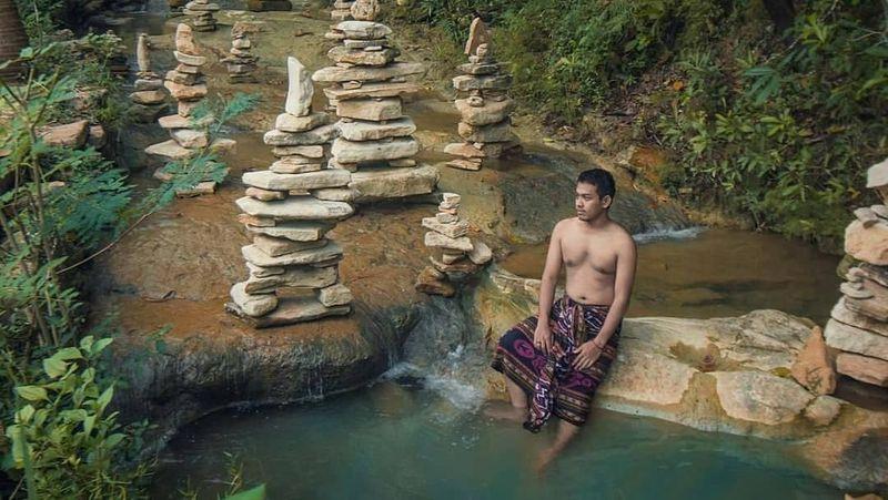 Begitu banyak pilihan destinasi wisata di Yogya yang bisa traveler kunjungi. Rock balancing di Desa Argodadi, Sedayu Bantul ini bisa menjadi ide liburan weekend kalian (jogja/Instagram)