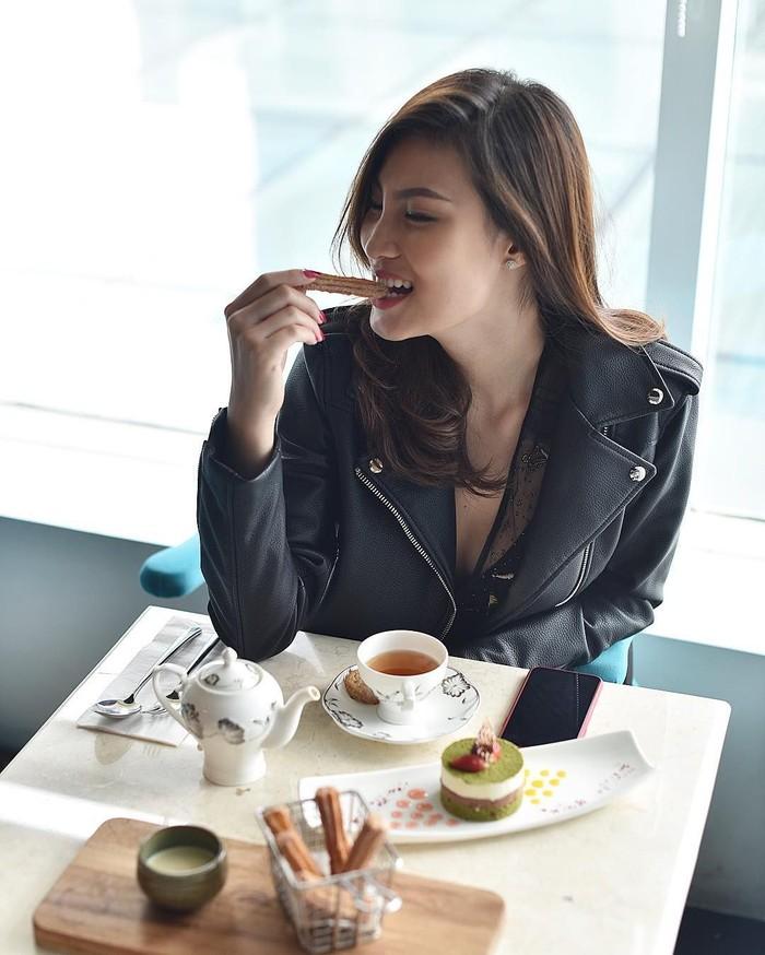 Model dengan nama asli Patricia Gunawan ini terlihat sedang menyantap dessert cantik dan churros. Makin lengkap ditemani secangkir teh hangat. Foto: Instagram patriciagouw
