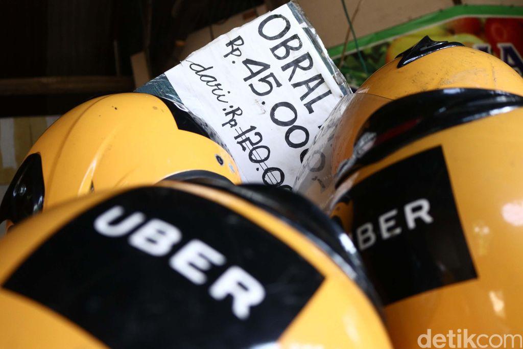 Helm Uber dibandrol Rp 45 ribu.