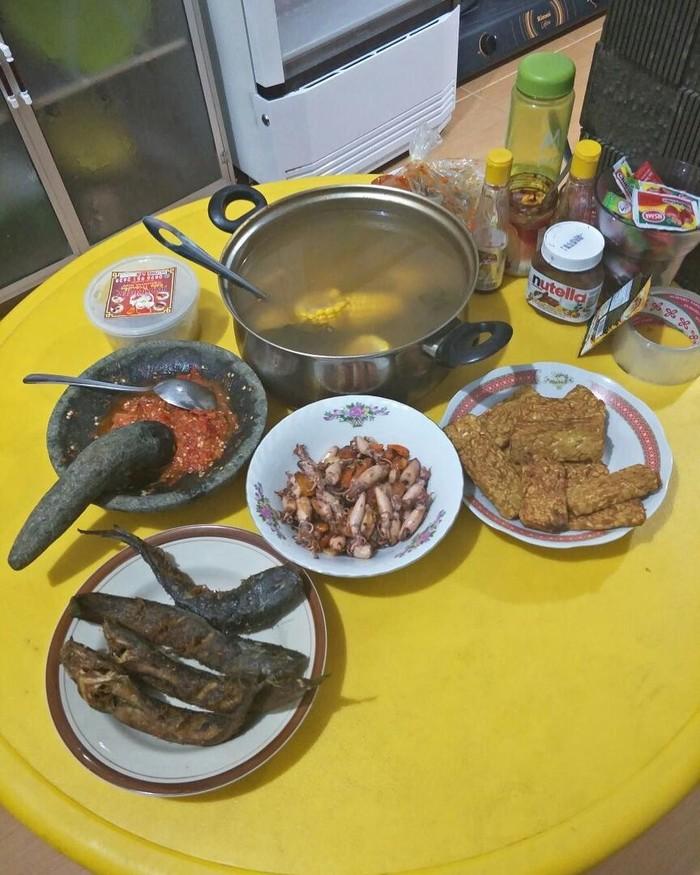 Enaknya! Ada sayur asem, cumi asin, lele goreng, tempe goreng dan juga sambal dicobek. Ini adalah menu buka puasa ustadz Yusuf Mansur. Foto: Instagram @yusufmansurnew