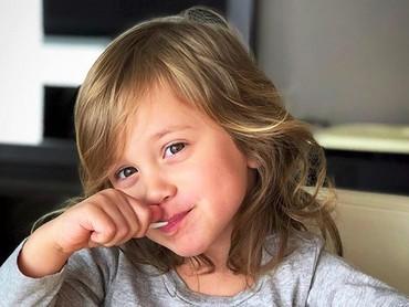 Aih, manis banget deh senyummu gadis cilik. Semanis es krim yang kamu makan... He-he-he. (Foto: Instagram/@bridget0801)