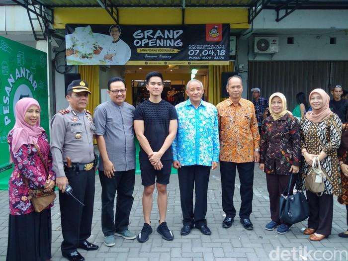 Kemarin, gerai Sang Pisang wilayah Yogya milik Kaesang Pangarep resmi dibuka. Acara pembukaan ini dihadiri oleh Bupati Sleman dan Wakil Walikota Yogyakarta. Foto: (Ristu Hanafi/detikcom)