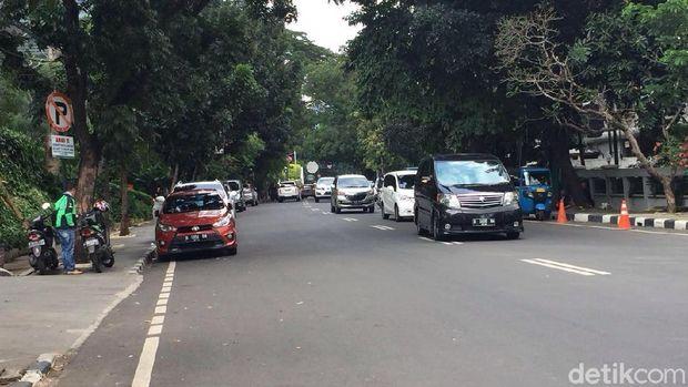 Duh! Mobil Mewah Dominasi Parkir Liar di Jl Senopati