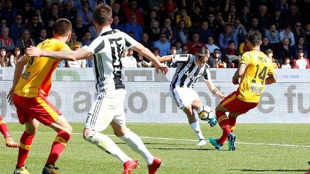 Paulo Dybala mencetak gol pembuka keunggulan Juventus dengan tendangan terukur.