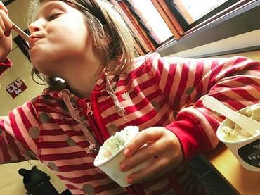 Menikmati banget ya bocah yang satu ini. Seakan yang lain nggak boleh nyicipin es krimnya. He-he-he. (Foto: Instagram/@jaya.snuglife)