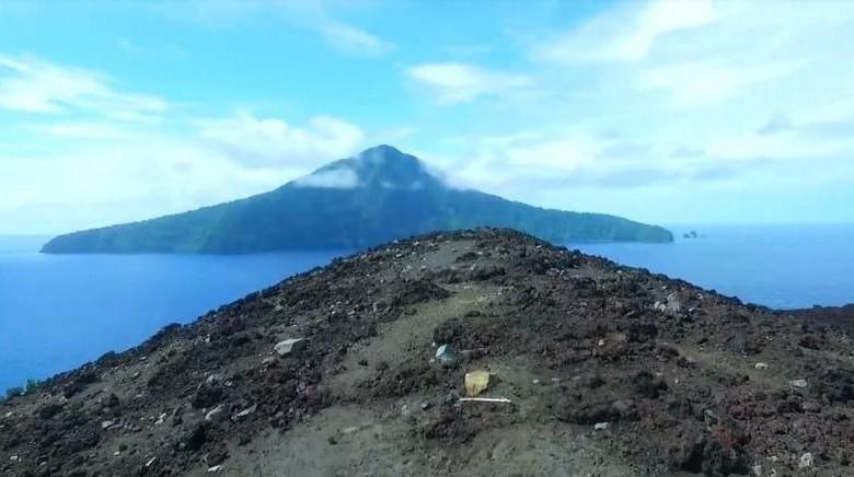 Gunung Krakatau di kejauhan