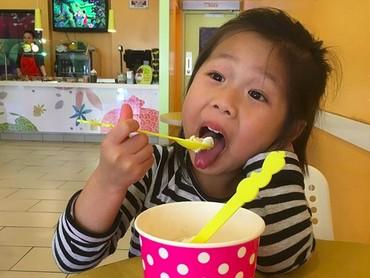 Makan es krimnya semangat banget sih, Nak. (Foto: Instagram/@hwailsong)