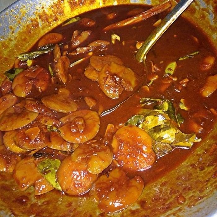 Bernama asli Ayu Permata Sari Isra, chef cantik ini ternyata penyuka jengkol. Ini dia semur jengkol buatannya. Terlihat kental dengan beberapa helai daun salam dan daun jeruk. Duh, jadi mau! Foto: Instagram @aiko_sarwosri