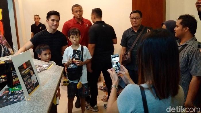 Foto: Pembeli Sang Pisang berebut selfie bersama Kaesang. (Ristu Hanafi/detikcom}