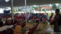 Hujan Deras, Penerima Sertifikat Gratis Tetap Setia Tunggu Jokowi