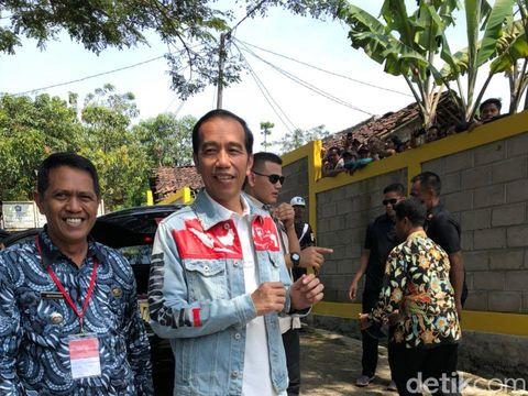 Jokowi memakai jaket denim dengan gambar peta Indonesia