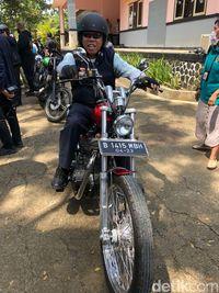 Menteri Basuki naik motor bareng Jokowi /