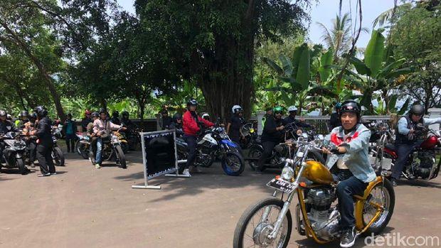 Joko Widodo saat naik motor