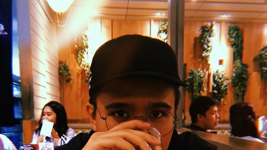 Gaya Makan Joshua Suherman Saat Makan Sate Taichan hingga Sarapan Mewah