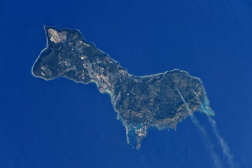 Pulau Guam yang menjadi teritori AS di wilayah Samudera Pasifik punya bentuk mirip seekor Ilama berkaki pendek. Foto ini adalah jepretan kosmonot Rusia, Anton Shkaplerov. Dia memotretnya dari ketinggian 400 kilometer di atas permukaan Bumi dari Stasiun Luar Angkasa Internasional. Foto: Roscosmos/Anton Shkaplerov via Space.com