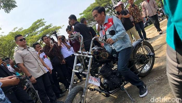 Presiden Joko Widodo suka naik motor di berbagai kesempatan. Foto: Ray Jordan/ detikcom