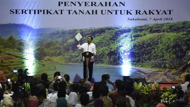 Presiden Joko Widodo dalam agenda pembagian sertifikat tanah di Sukabumi, Sabtu (7/4).