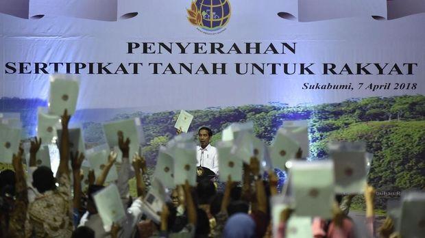 Presiden Jokowi berulangkali meminta warga untuk tak memanfaatkan sertifikat tanah yang dibagikannya untuk kepentingan konsumtif.