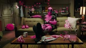 Aksi Unik Peduli Kanker: Sandi Pakai Scalp, Deadpool Berkostum Pink