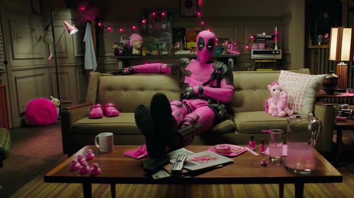 Deadpool menggunakan kostum pink simbol kanker payudara (Foto: YouTube)