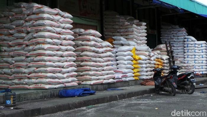 Pedagang beras menggelar dagangannya di Pasar Induk Cipinang, Jakarta. Meski tercatat inflasi 0,20% pada Maret 2018, BPS mencatat ada sejumlah komoditas yang mengalami penurunan harga alias deflasi. Salah satunya adalah beras.