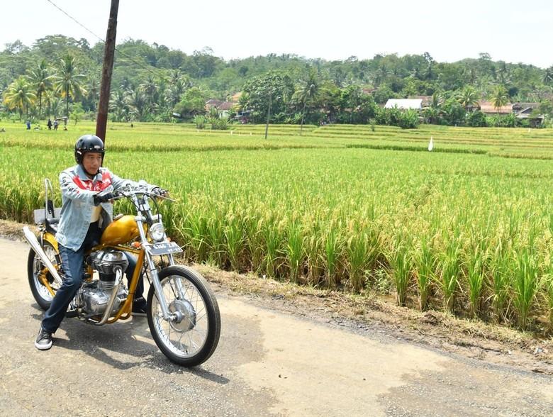 Presiden Jokowi naik motor saat meninjau program padat karya tunai di Sukabumi, Jabar. Foto: Laily Rachev-Biro Pers Setpres