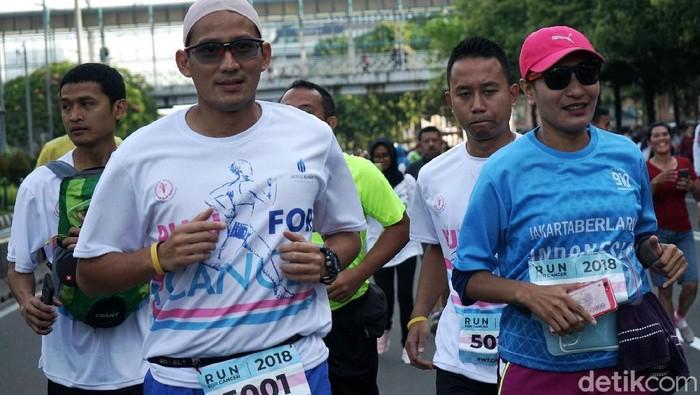 Sandiaga saat berlari bersama penyintas kanker. (Foto: Rio Soebekti)