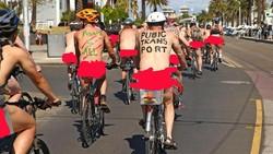 Aksi Gowes Telanjang Perjuangkan Keselamatan Bersepeda di Jalan Raya