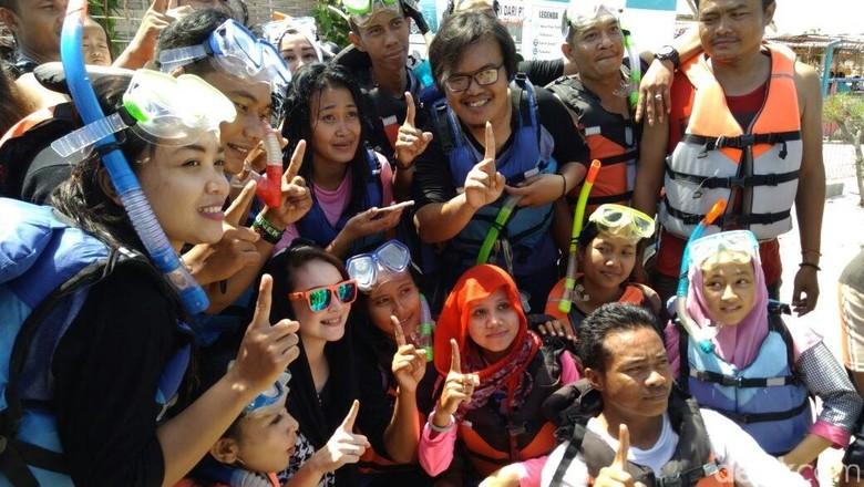 Arumi Bachsin (berkacamata hitam) berfoto bersama warga Gili Ketapang (M Rofiq/detikTravel)