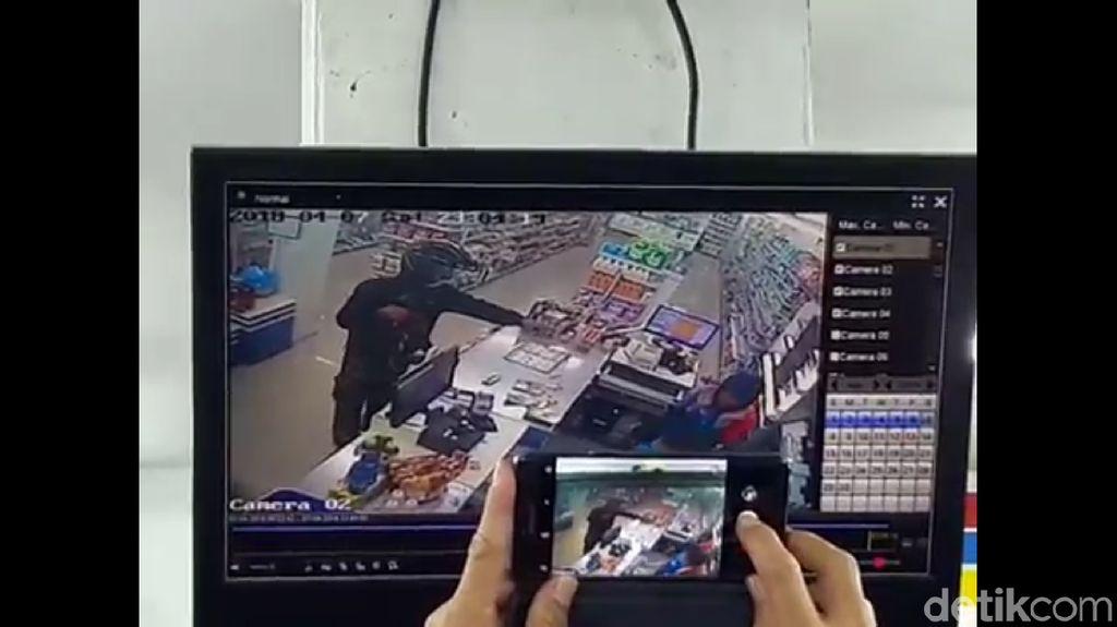 Terekam CCTV, Pria Bersenpi Laras Panjang Rampok Minimarket Medan