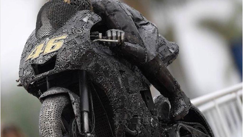 Keren, Patung Valentino Rossi Terbuat dari Mobil Tua