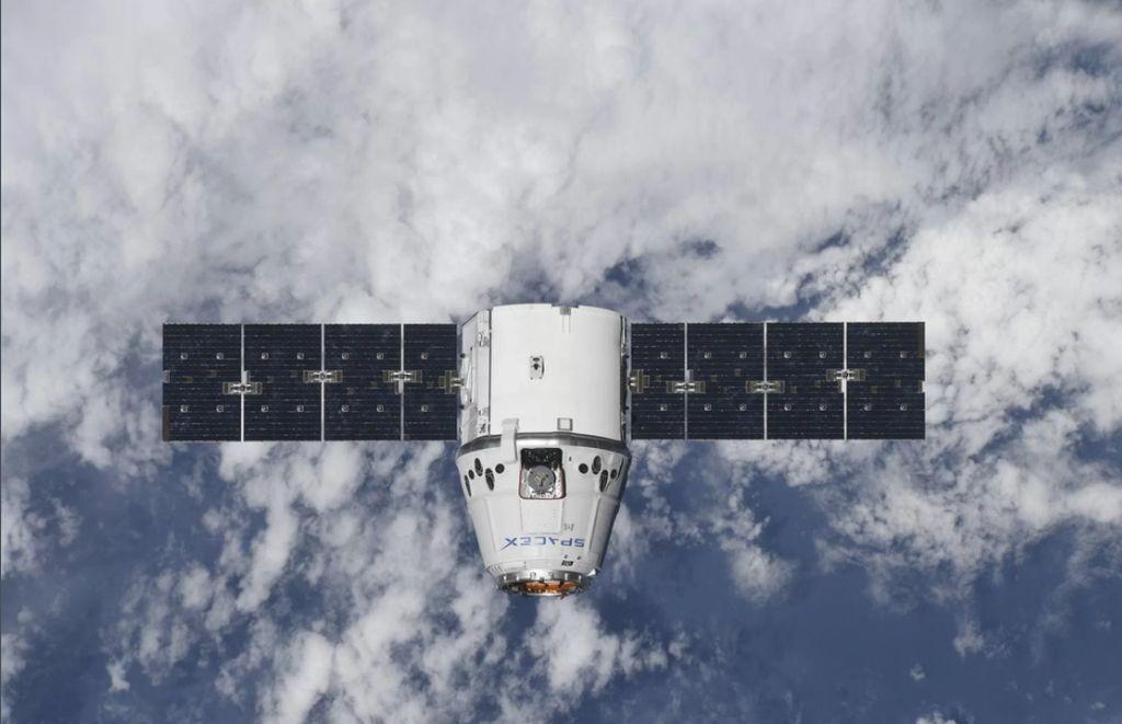 Kapal kargo Dragon milik SpaceX tiba di Stasiun Luar Angkasa Internasional, mengantarkan 3 ton makanan dan bermacam pasokan untuk eksperimen ilmiah bagi para astronot yang bertugas dalam misi Expedition 55.  Ini adalah kedua kalinya kapal kargo Dragon terbang ke Stasiun Luar Angkasa Internasional. Pesawat ini diluncurkan menggunakan roket Falcon 9 pada 2 April. Foto diambil oleh kosmonot Rusia Anton Shkaplerov saat Dragon hendak merapat pada dini hari. Foto: Roscosmos/Anton Shkaplerov via Space.com