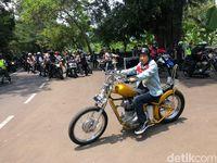 Jokowi saat naik motor chopperlandnya.