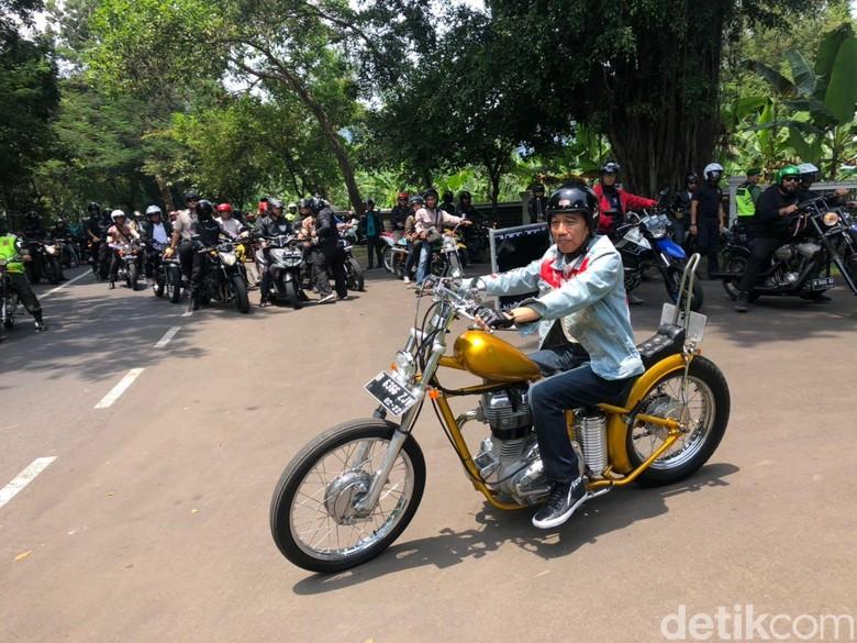 Jokowi saat naik motor. Foto: Ray Jordan/detikcom