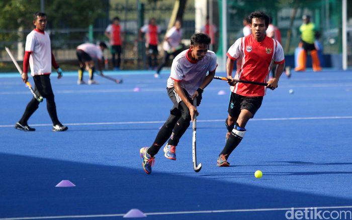 Para pemain Timnas Hoki Indonesia melakukan latihan.