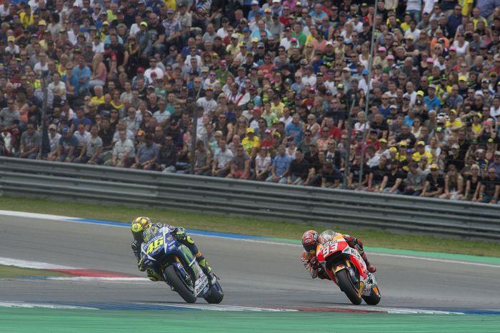 Marc Marquez menyenggol Valentino Rossi hingga jatuh di MotoGP Argentina. (Foto: Mirco Lazzari gp/Getty Images)
