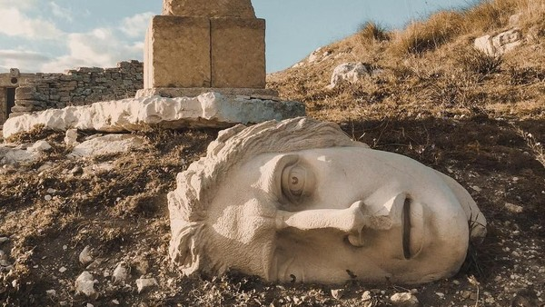 Teater ini dibangun di peternakan seluas 300 hektar. Selain teater, di kawasan ini juga tersebar beragam patung bertemakan mitologi Yunani (signorivan_/ Instagram)